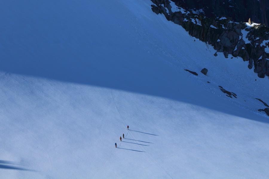 Альпинисты идут на покорение Aiguille Verte